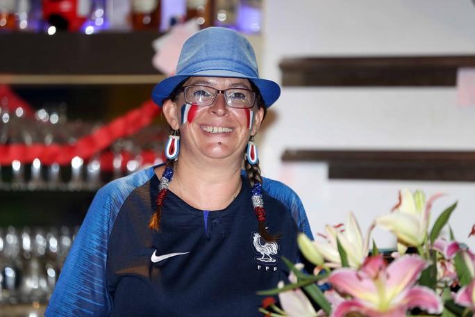 CĐV Pháp tại TP HCM ăn mừng vé bán kết sau 12 năm chờ đợi - Ảnh 6.