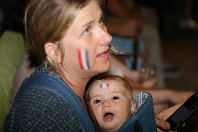 CĐV Pháp tại TP HCM ăn mừng vé bán kết sau 12 năm chờ đợi - Ảnh 2.