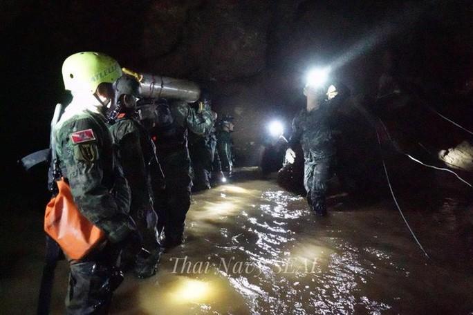 Giải cứu đội bóng mắc kẹt: Dưỡng khí trong hang xuống thấp - Ảnh 3.