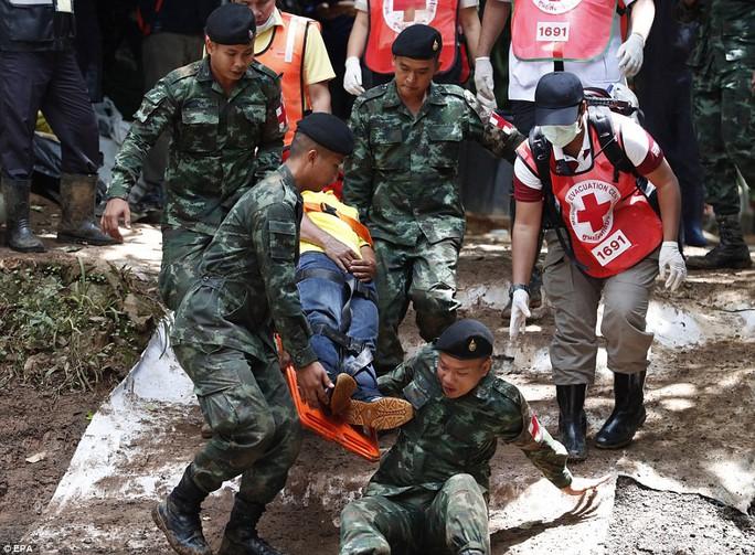Cứu viện đổ về, Thái Lan tăng tốc cứu đội bóng - Ảnh 1.