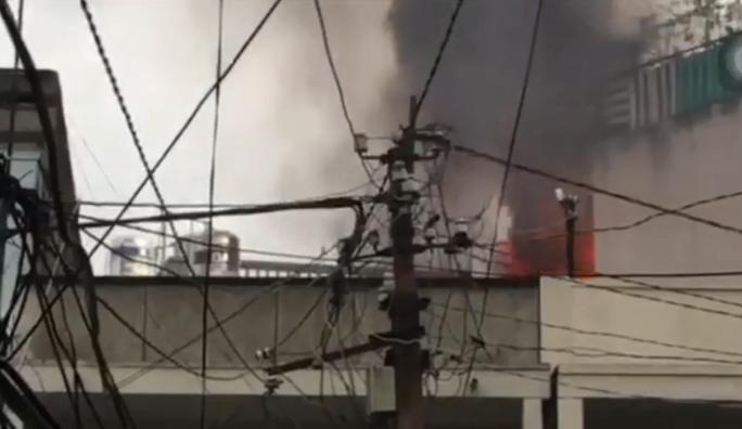 Cháy ngùn ngụt ở căn nhà sát chợ Hòa Hưng, cả khu vực náo loạn - Ảnh 1.