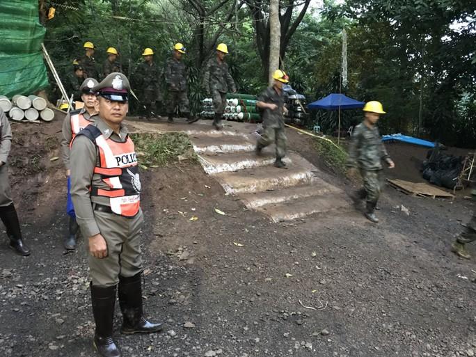 Giới chức Thái Lan: Nên đưa đội bóng mắc kẹt ra ngoài hôm nay - Ảnh 1.