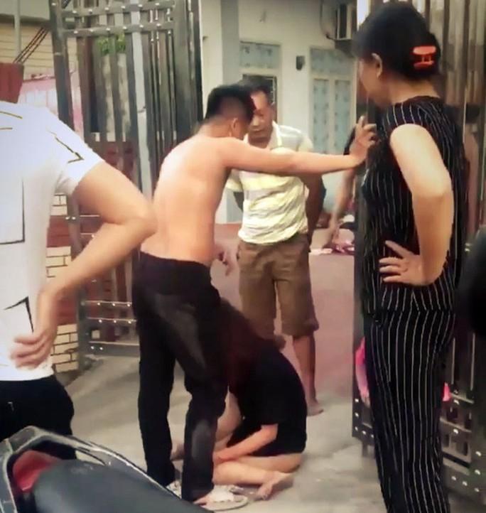 Mẹ chồng dắt con dâu tới nhà trọ đánh ghen, lột đồ bồ nhí của con trai - Ảnh 2.