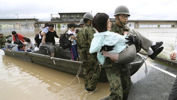 Nhật Bản: Mưa gió tới mức cuốn người trên cầu rơi xuống sông chết đuối - Ảnh 3.