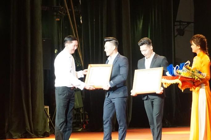 Quốc Cơ, Quốc Nghiệp xúc động trong đêm TP HCM vinh danh nghệ sĩ xiếc - Ảnh 3.