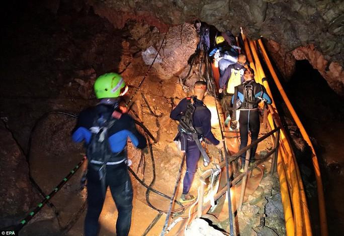 Clip: Lời chúc ngủ ngon từ hang Tham Luang - Ảnh 10.