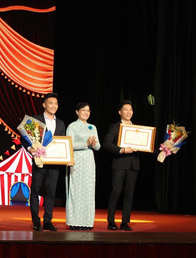 Quốc Cơ, Quốc Nghiệp xúc động trong đêm TP HCM vinh danh nghệ sĩ xiếc - Ảnh 1.