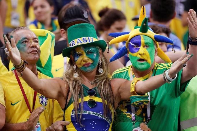Xe bus chở tuyển thủ Brazil bị ném đá dữ dội tại quê nhà: Tin giả - Ảnh 7.