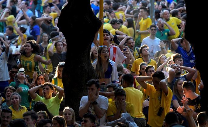 Xe bus chở tuyển thủ Brazil bị ném đá dữ dội tại quê nhà: Tin giả - Ảnh 6.