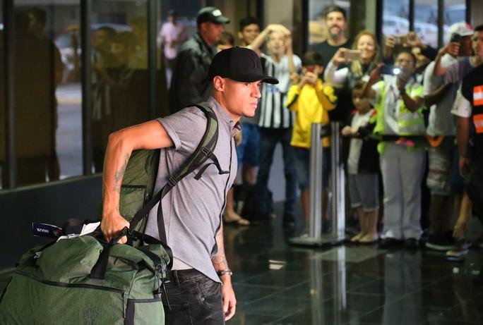 Xe bus chở tuyển thủ Brazil bị ném đá dữ dội tại quê nhà: Tin giả - Ảnh 1.