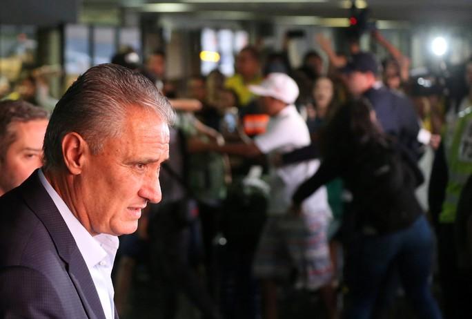 Xe bus chở tuyển thủ Brazil bị ném đá dữ dội tại quê nhà: Tin giả - Ảnh 8.