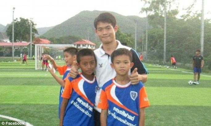 Huấn luyện viên đội bóng Thái Lan đã ra khỏi hang? - Ảnh 1.