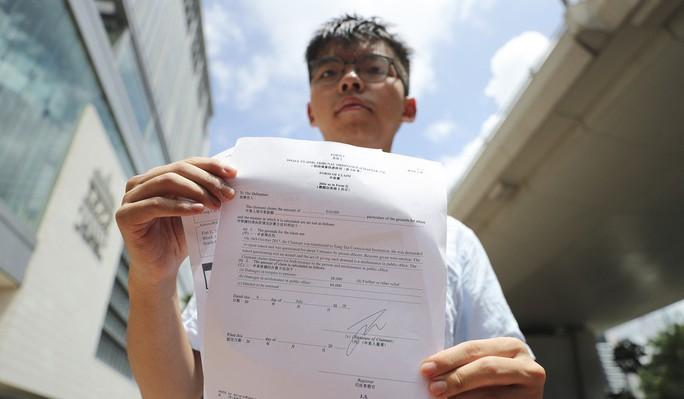 Hồng Kông: Joshua Wong tố bị thẩm vấn khi không mảnh vải che thân - Ảnh 1.
