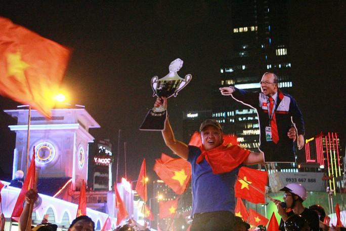 Cả Sài Gòn rực đỏ mừng U23 Việt Nam và HLV Park Hang Seo - Ảnh 13.
