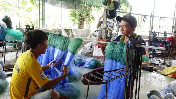 Các làng nghề tất bật sản xuất ngư cụ đón lũ lớn miền Tây - Ảnh 8.