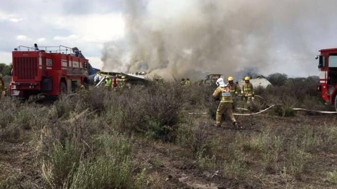 Máy bay chở hơn 100 người rơi sau khi cất cánh ở Mexico - Ảnh 1.