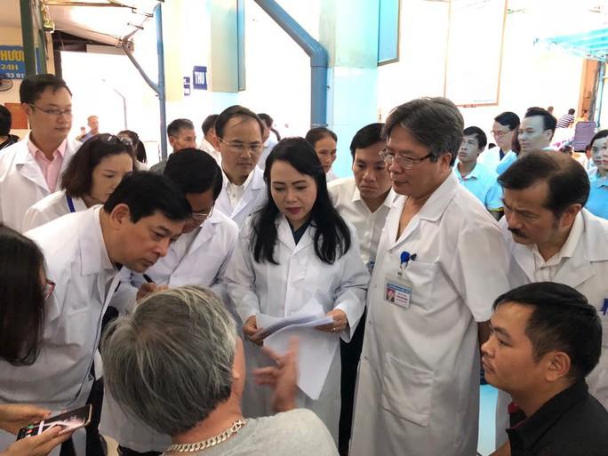 Bệnh nhân phàn nàn với Bộ trưởng Y tế về thủ tục hành chính - Ảnh 1.