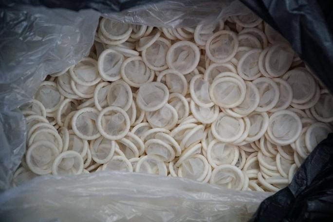 Ớn lạnh quy trình sản xuất bao cao su giả ở TP HCM - Ảnh 3.