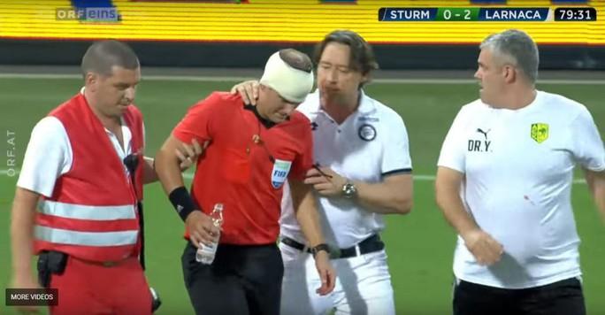 Trọng tài biên Europa League bị ném vỡ đầu, chảy máu bê bết - Ảnh 3.