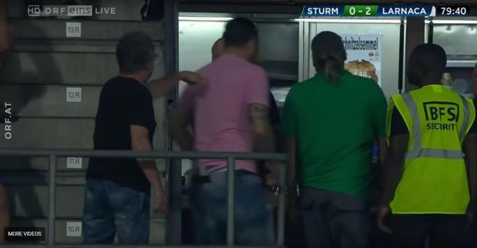 Trọng tài biên Europa League bị ném vỡ đầu, chảy máu bê bết - Ảnh 4.