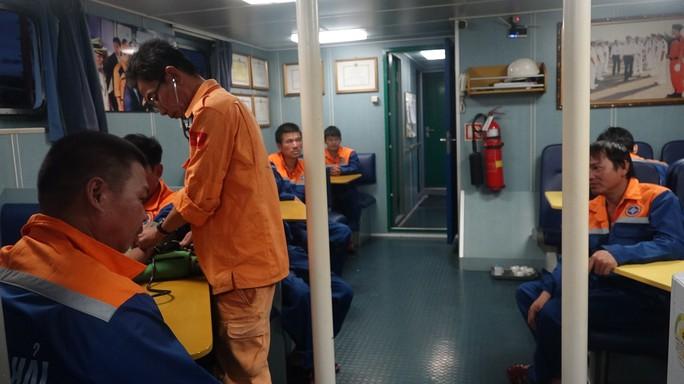 11 thuyền viên gặp nạn trên biển may mắn được cứu - Ảnh 1.