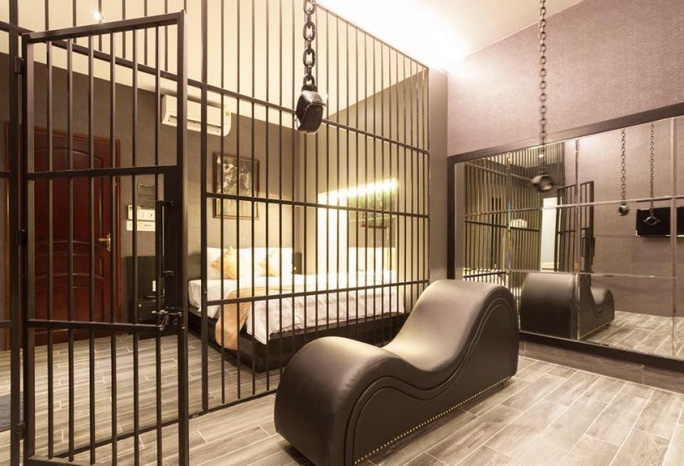 Yêu cầu tháo dỡ trang trí phòng nhà nghỉ ăn theo phim 50 sắc thái - Ảnh 3.
