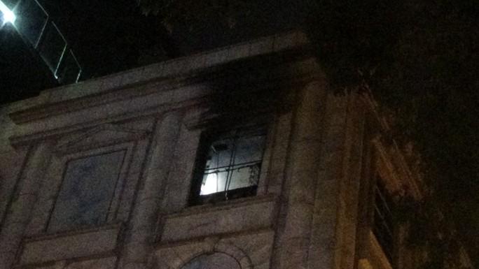 Cháy ở Diamond Plaza, người dân hoảng hồn tháo chạy - Ảnh 2.