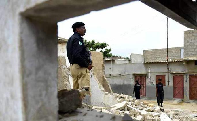 Pakistan bắt 8 người Trung Quốc mang súng vào nhà máy điện - Ảnh 1.