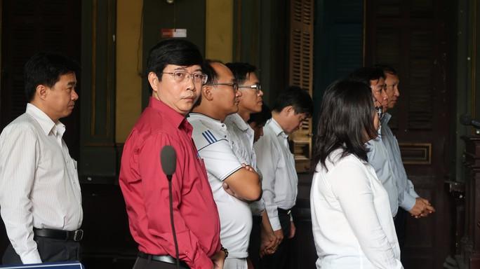 Vụ tiêu cực tại Ngân hàng Nam Việt: Một bị cáo ngã bệnh - Ảnh 2.