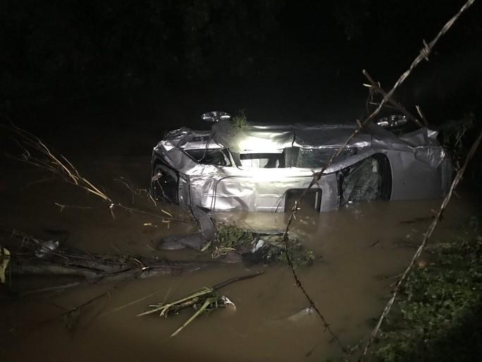Mỹ: Đại lý xe bất lực nhìn lũ cuốn hàng loạt ô tô xuống sông - Ảnh 1.