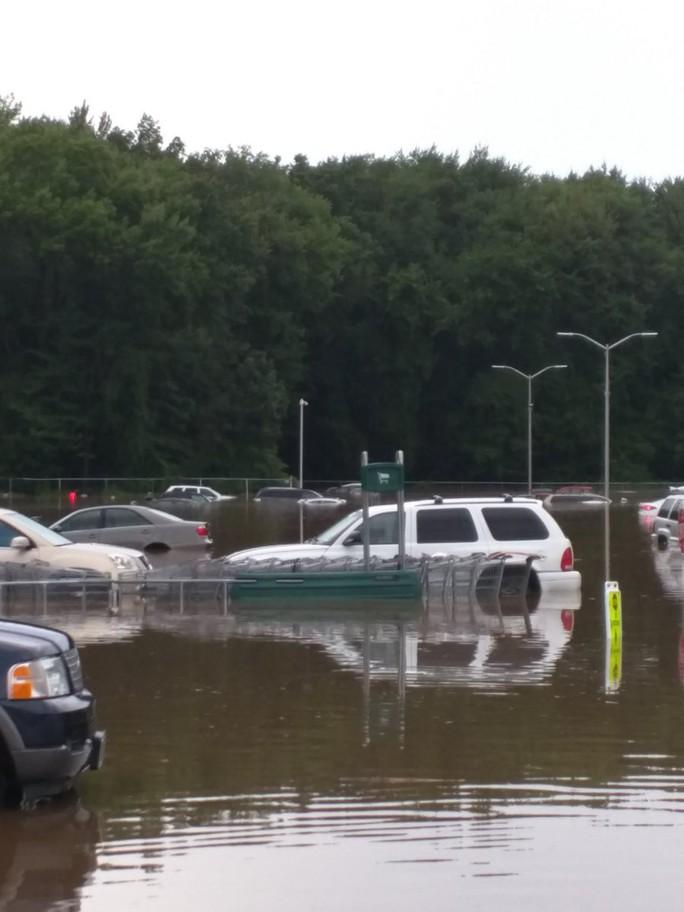 Mỹ: Đại lý xe bất lực nhìn lũ cuốn hàng loạt ô tô xuống sông - Ảnh 5.