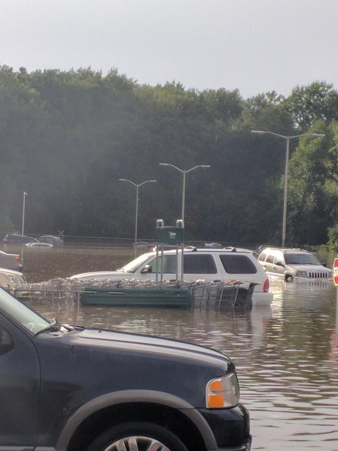 Mỹ: Đại lý xe bất lực nhìn lũ cuốn hàng loạt ô tô xuống sông - Ảnh 6.