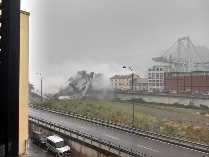Sập cầu trên đường cao tốc, ít nhất 30 người thiệt mạng - Ảnh 1.