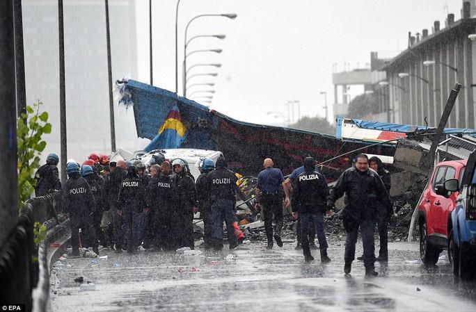 Sập cầu trên đường cao tốc, ít nhất 30 người thiệt mạng - Ảnh 3.