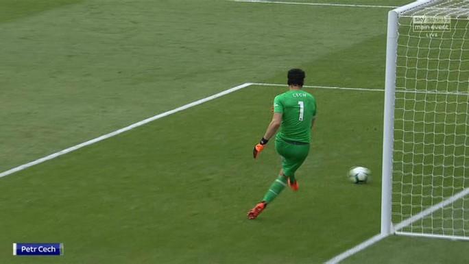 Bị CLB Leverkusen chế giễu, thủ môn Cech giận dữ - Ảnh 2.