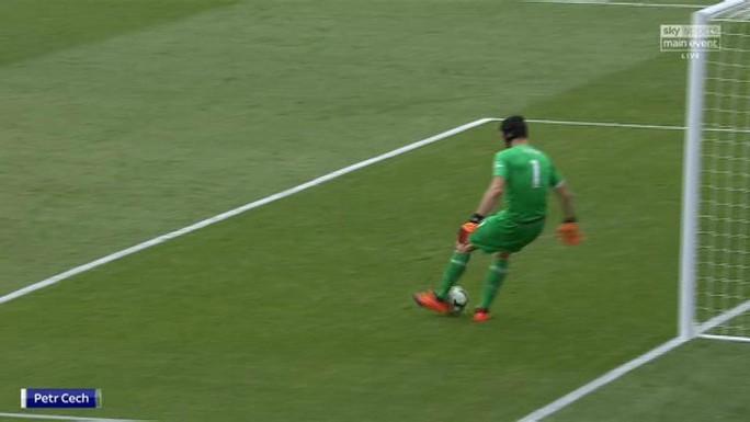 Bị CLB Leverkusen chế giễu, thủ môn Cech giận dữ - Ảnh 1.