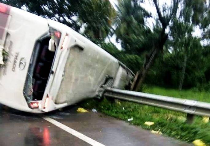 Lật xe khách Thành Bưởi do cây đổ, 31 hành khách hoảng loạn - Ảnh 1.