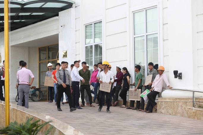 Nhà thầu ngừng thi công, hơn 100 công nhân khốn đốn vì nợ lương - Ảnh 1.