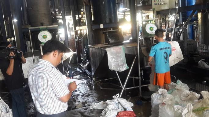 Đà Nẵng: Sản xuất đá viên bẩn, một cơ sở bị lập biên bản - Ảnh 3.