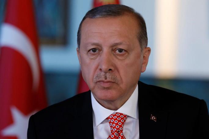 Thổ Nhĩ Kỳ: Người dân đập nát iPhone phản đối Mỹ - Ảnh 1.