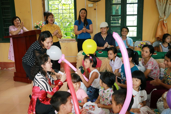 Nghệ sĩ Việt Hương dạy con làm từ thiện - Ảnh 2.