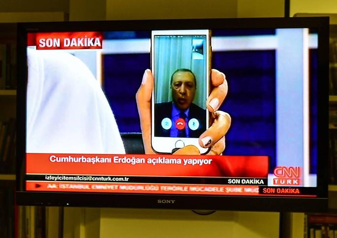 Thổ Nhĩ Kỳ: Người dân đập nát iPhone phản đối Mỹ - Ảnh 4.