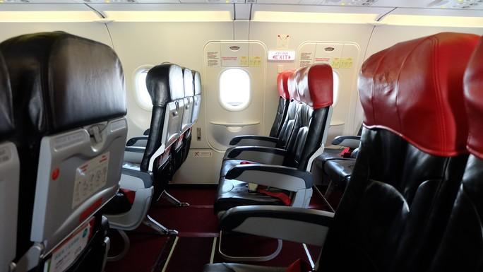 Bí mật cửa thoát hiểm trên máy bay - Ảnh 1.