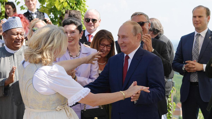 Ông Putin khiêu vũ với cô dâu tại đám cưới Bộ trưởng Ngoại giao Áo - Ảnh 2.