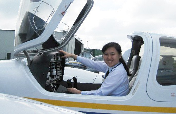 Nữ cơ trưởng Việt Nam đầu tiên của hãng hàng không giá rẻ - Ảnh 2.