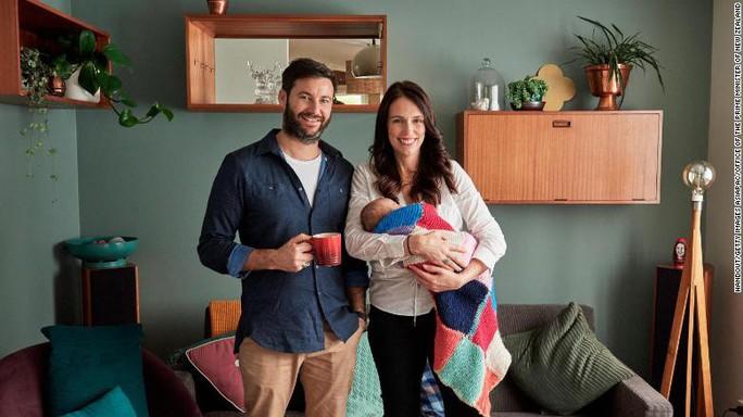 Sinh con được 6 tuần, Thủ tướng New Zealand trở lại làm việc - Ảnh 2.