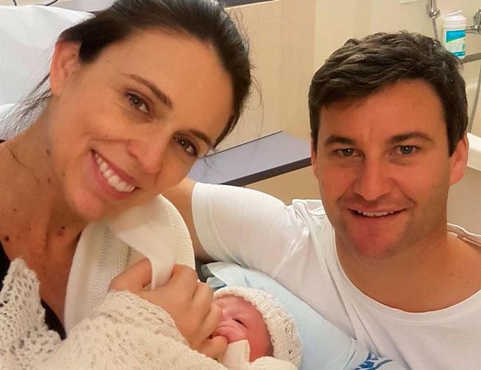 Sinh con được 6 tuần, Thủ tướng New Zealand trở lại làm việc - Ảnh 1.
