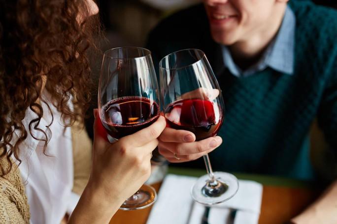 Nguy cơ mất trí tăng vì… hoàn toàn không uống rượu - Ảnh 1.