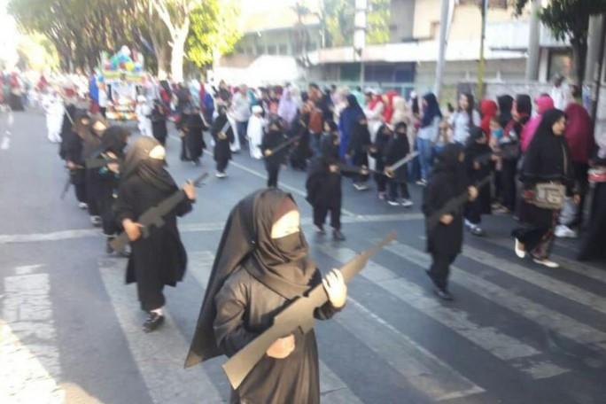 Sốc với trường mẫu giáo cho học sinh mặc đồ giống IS - Ảnh 1.