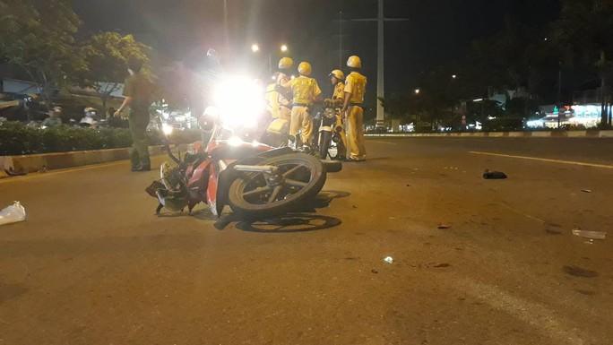 Xe máy chạy vào làn ô tô, tông CSGT trên đường Phạm Văn Đồng - Ảnh 1.